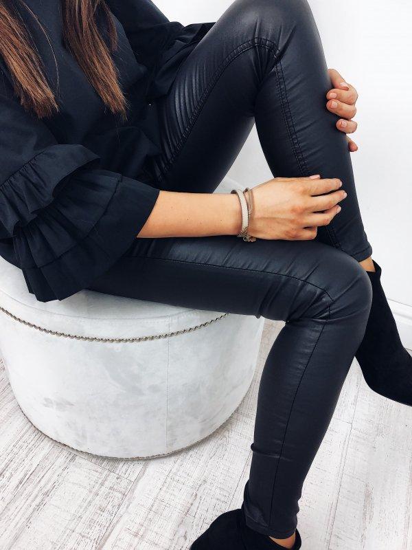 Bestsellerowy model SPODNIE THIN WOSKOWANE Czarne, woskowane spodnie. Absolutny MUST HAVE tego sezonu. Posiadają wysoki stan. Dopasowane na całej długości,elastyczne. Model wyposażony jest również wprzednie oraz tylnie kieszenie. Spodnie nie muszą być zwykłym dodatkiem do całej stylizacji, aoryginalnym elementem naszej odzieży. Modne spodnie, to podstawa wgarderobie każdej znas. Pozowolą stworzyć nam niebanalne stylizacje. Dzięki swojej uniwersalności sprawdzą się niemalże wkażdej stylizacji - do pracy, szkoły. Rozmiary XS, S, M,L , XL. Sprawdź