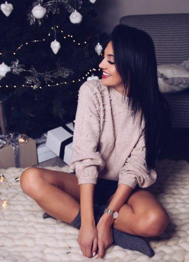 Sweter SKY z perełkami pudrowy róż krótki