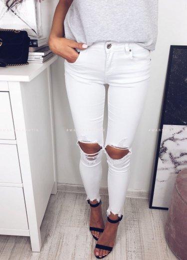 Białe jeansy z dziurami