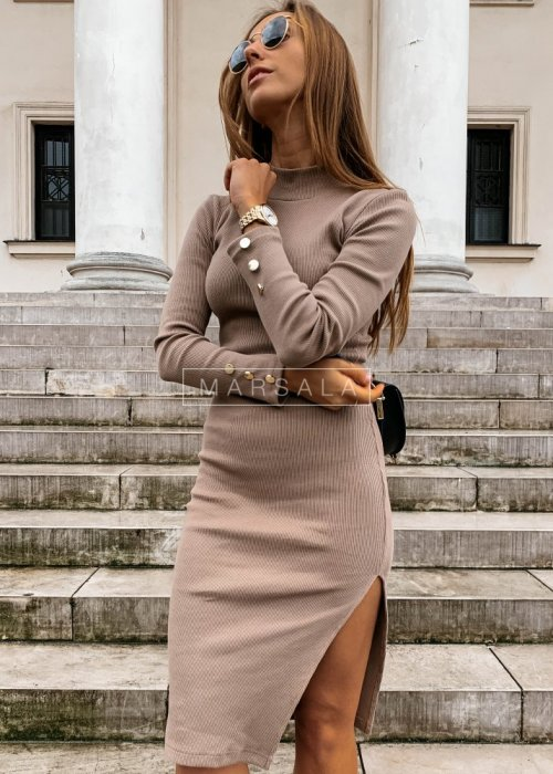Sukienka w kolorze mocca dopasowana z długim rękawem - GOLD BY MARSALA